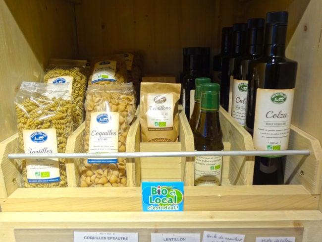 Sur les étalages, l'origine locale des produits est largement mise en avant. (Photo : Fabien Nouvène)
