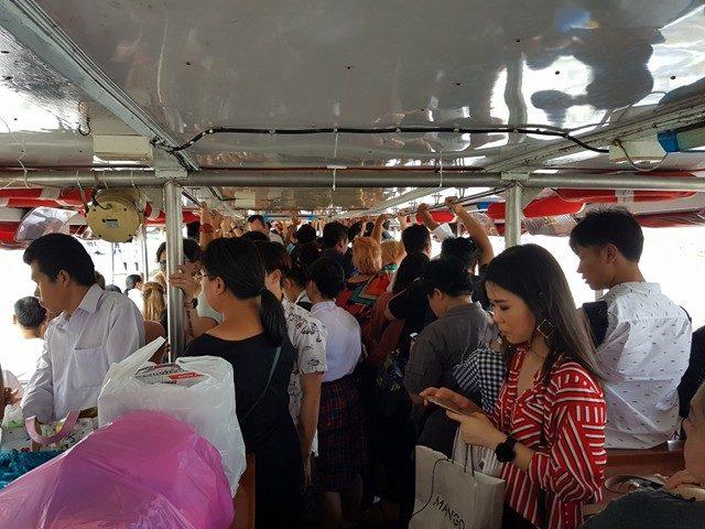 Dans le taxiboat à Bangkok. Attention à ne pas traîner au moment de descendre ou de monter... il n'attend pas. (Photo ES / Rue89 Strasbourg / cc)