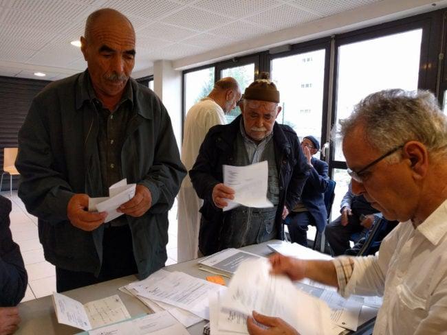 Les Chibanis viennent avec leurs courriers auxquels ils ne comprennent rien (Photo PF / Rue89 Strasbourg / cc)