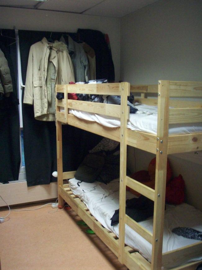 La quinzaine de jeunes alterne pour dormir dans ce dortoir de 4. (Photo DL / Rue 89 Strasbourg /cc)