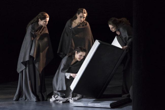 Troisième acte: les suivantes de Francesca occupées à lire des histoires (Photo Klara Beck / ONR)