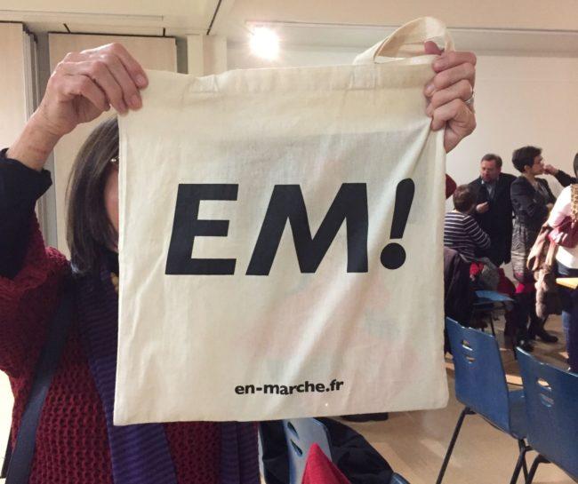 """Une militante présente à la cérémonie de voeux de l'équipe départementale LREM affiche fièrement son """"tote bag"""" aux couleurs d'En Marche. """"Ce sera bientôt une pièce de musée"""", nous dit-elle... (Photo EB / Rue89Strasbourg / cc)"""