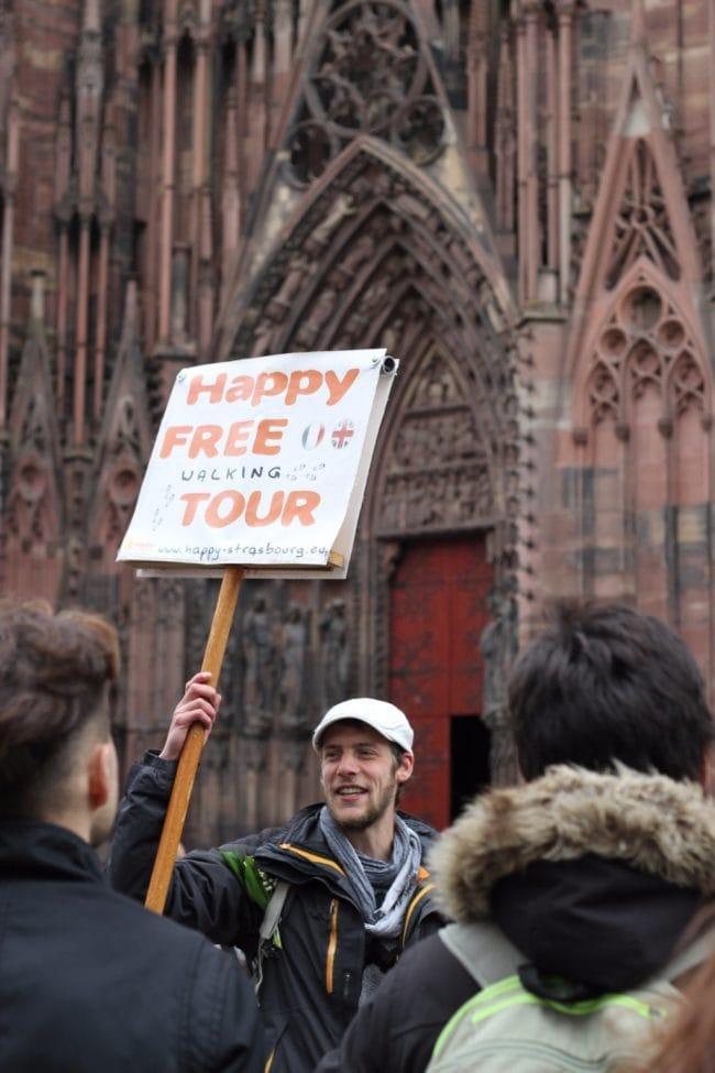 Gustave est le seul des happy tours à avoir le droit d'entrer dans la cathédrale, grâce à sa carte de guide-conférencier (Photo Vincent Fischer / Happy Tour)