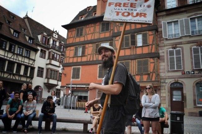 Place Saint-Etienne à Strasbourg : Gabriel met en avant l'aspect dynamique et sympathique de ses visites guidées, une vision contestée par certains guides-conférenciers (Photo Vincent Fischer / Happy Tour)