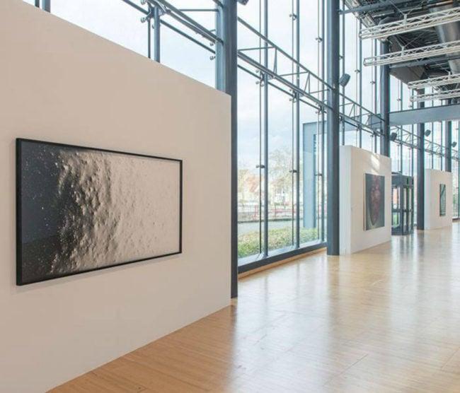 Une vue de l'exposition, avec l'oeuvre de Pierre Savatier au premier plan. crédits photographiques: Klaus Stöber