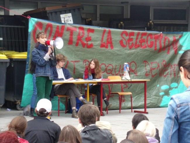 Les prises de parole se sont succédées au mégaphone (Photo TV / Rue89 Strasbourg / cc)