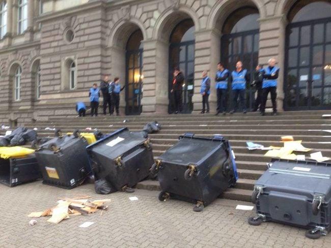Les poubelles qui étaient devant les accès ont été dégagées (Photo AG des étudiants en lutte / Facebook)