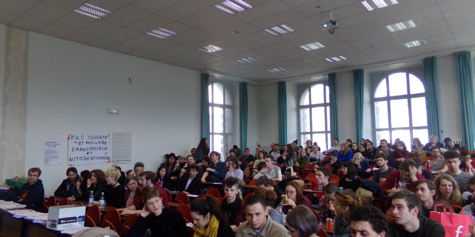 En assemblée générale étudiante, un premier blocage voté