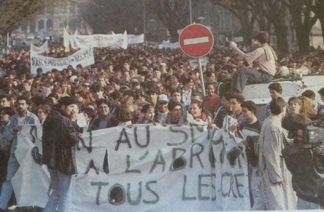 """""""La rue des anti-SMIC-jeunes"""", titrent les DNA. La veille, plus de 6000 étudiants ont manifesté à Strasbourg, Sélestat, Colmar, Mulhouse, pour réclamer l'abrogation des décrets sur le contrat d'insertion professionnelle. (Archives DNA)"""