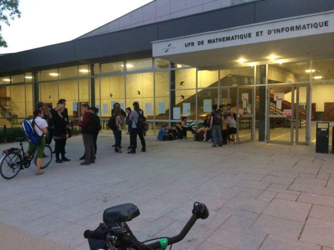 Dans la soirée de jeudi, quelques étudiants ont choisi de rester dans les bâtiments (Photo Jean-François Gérard / Rue89 Strasbourg / cc)
