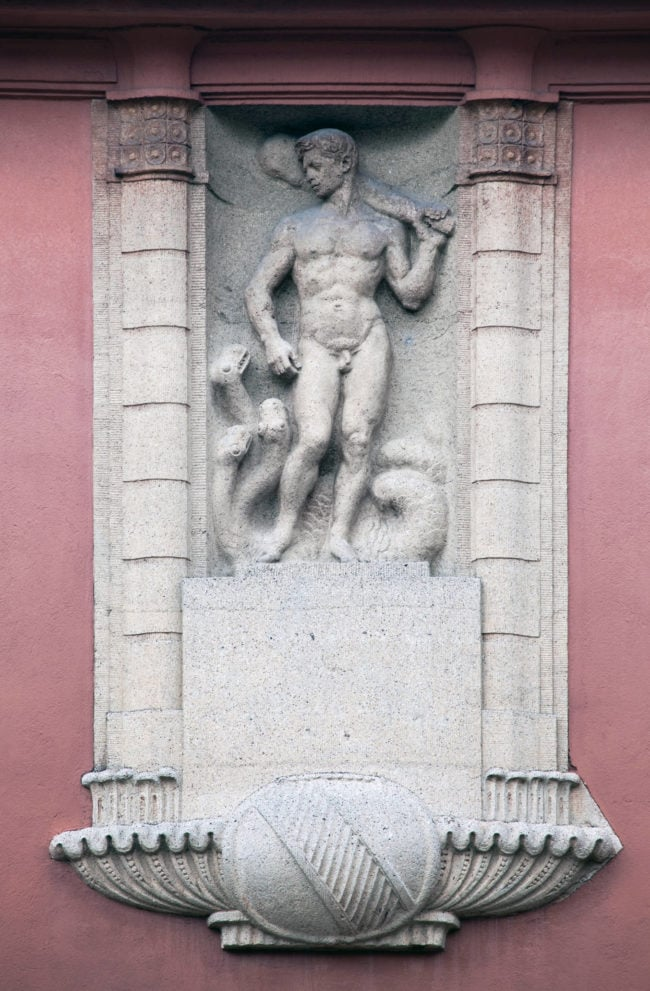 En dessous des statuts, un symbole de la Ville de Strasbourg. On en retrouve plusieurs sur les bains municipaux (Photo Région Grand Est – Inventaire général, Claude Menninger)