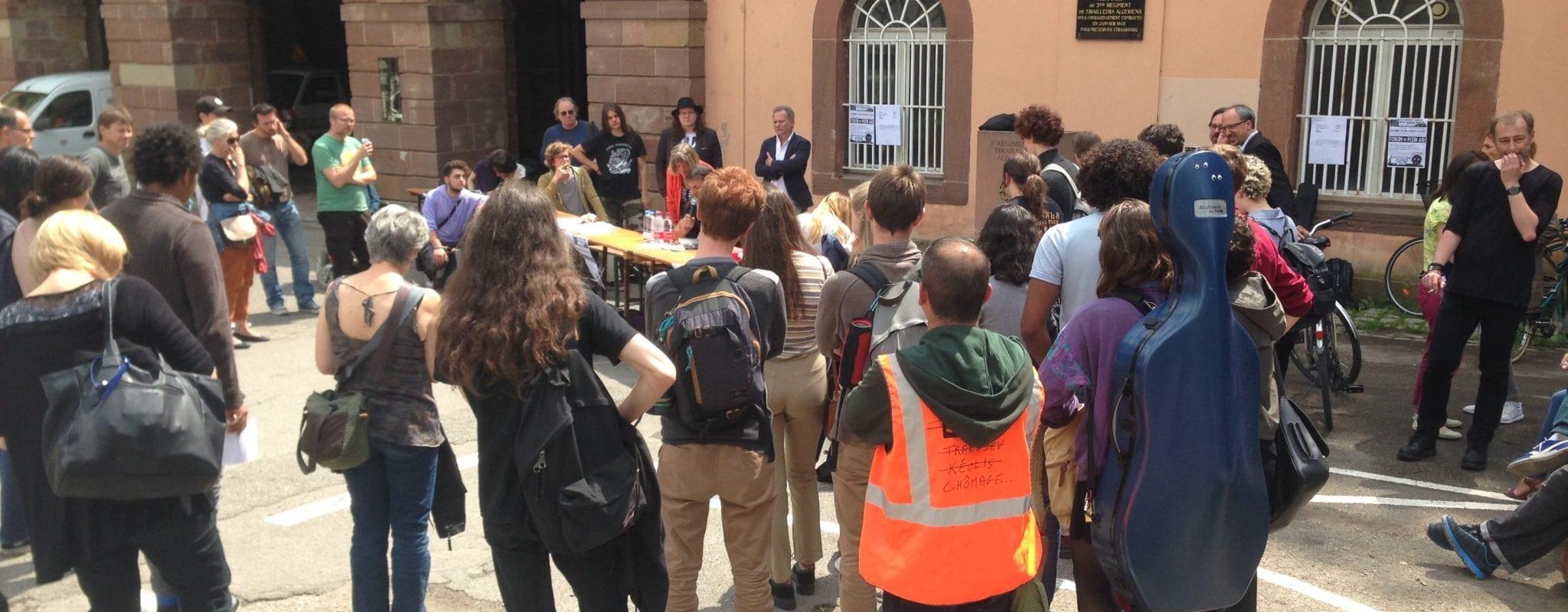 Des professeurs invitent leurs élèves à un forum sur les réformes du gouvernement