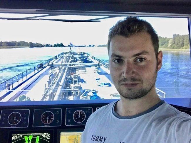 Aux commandes de son bateau-citerne, Mathieu voit défiler les berges du Rhin (Photo Mathieu Stegmiller).