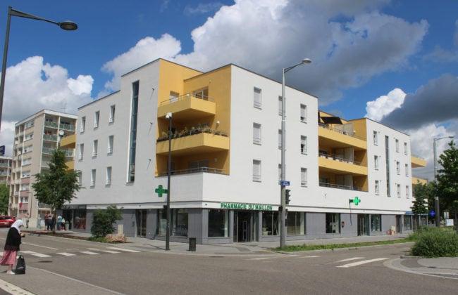 Des commerces sous un immeuble, c'est banal ? Pas à Hautepierre (photo JFG / Rue89 Strasbourg)