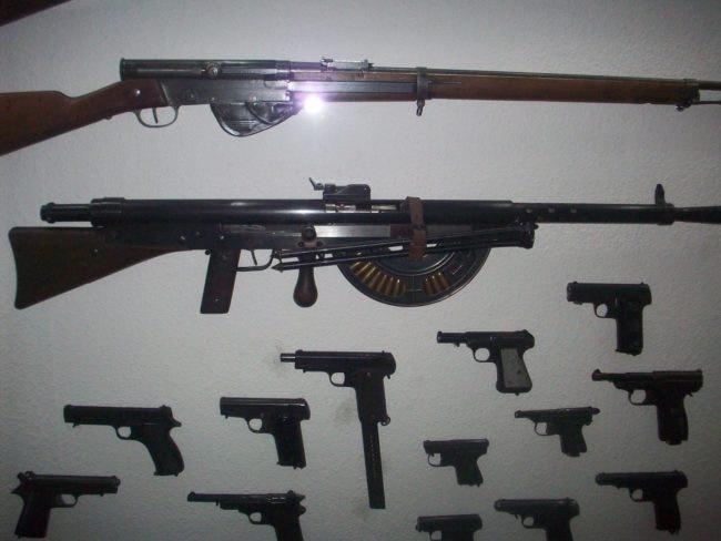 Le musée s'ouvre sur ce mur d'armes alliées et allemandes, dont certaines pièces ont été simplement retrouvées et données par des habitants du coin (Photo DL/Rue89strasbourg/cc)