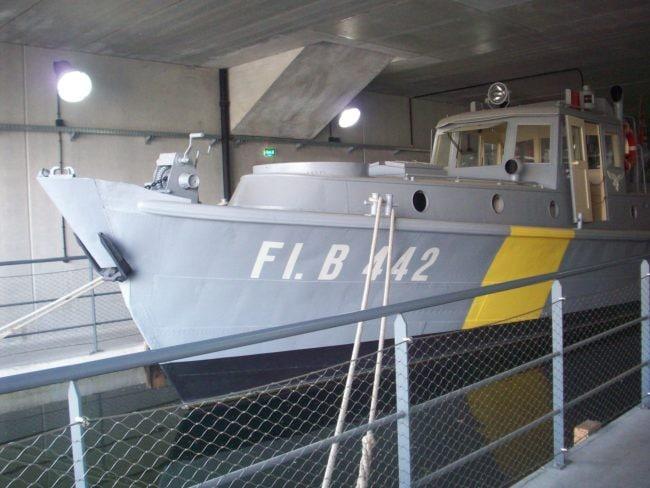 """L'une des """"vedettes"""" (dans tous les sens du terme) de la collection, un bateau de la Kriegsmarine installée dans un bassin créé pour l'occasion (Photo DL/Rue89strasbourg/cc)"""