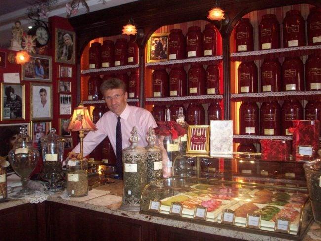 Alors que Laurent Renaud est aux fourneaux, Frédéric Robert tient la boutique et accueille les clients au Tea Time, pour leur raconter les histoires qui se cachent derrière chaque madeleine (Photo DL/Rue 89 Strasbourg/cc)