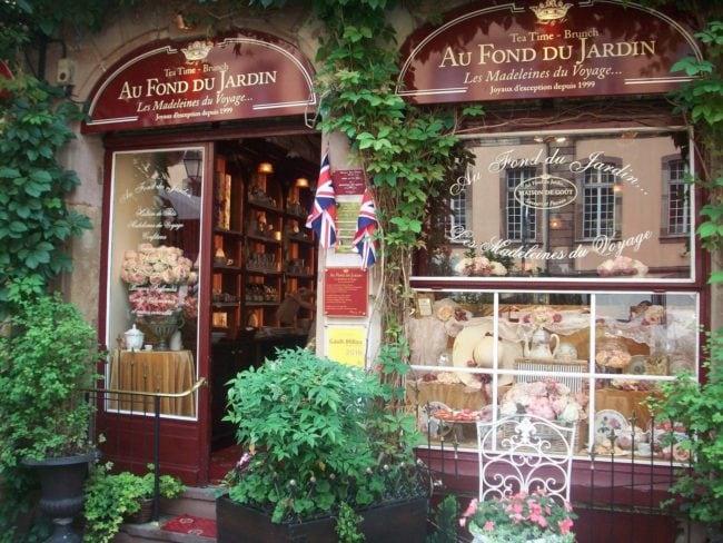 La décoration de la vitrine et les plaques affichées présagent d'une ambiance particulière, entre le haut-de-gamme et le confortable (Photo DL/Rue 89 Strasbourg/cc)