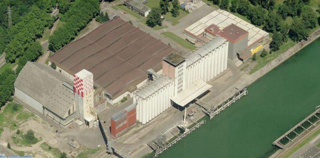 Silo céréalier d'une capacité de 40 000 tonnes comportant les équipements de traitement des céréales. Tour de manutention d'une hauteur de 57 mètres comprenant une salle de réunion au sommet. (Photo Roland Burckel / Archive wiki / cc)