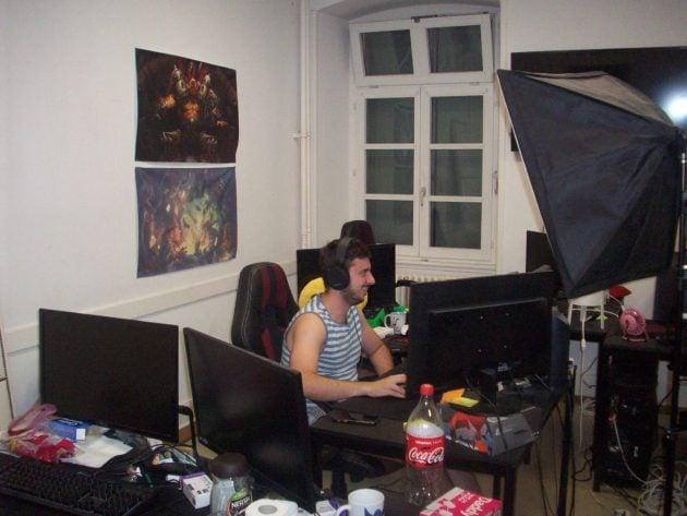 Brice travaille à une vidéo pour les PG Series, le tournoi organisé par les élèves en fin d'année scolaire. Un de ses objectifs est de créer sa propre école. (Photo DL/ Rue 89 Strasbourg/ cc)