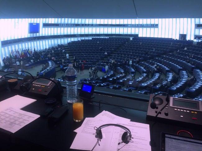 L'hémicycle du Parlement européen à Strasbourg, vu depuis une cabine d'interprètes. (Photo CS / Rue89 Strasbourg / cc)