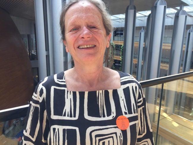 Comme bon nombre de ses collègues, la députée européenne Pervenche Béres porte un badge «we are not robots» pour afficher son soutien aux interprètes. (Photo CS / Rue89 Strasbourg / cc)