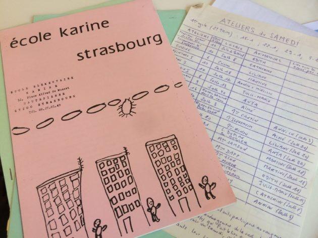 Un document de présentation de l'école Karine et le tableau des activités du samedi matin (photo JFG / Rue89 Strasbourg)