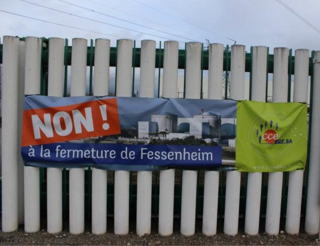 Dans la cenrtrale, direction, salariés et syndicats sont toujours mobilisés contre la fermeture, ou du moins pour la retarder, comme l'atteste cette affiche lors de la venue du Sébastien Lecornu en janvier 2018 (photo JFG / Rue89 Strasbourg)