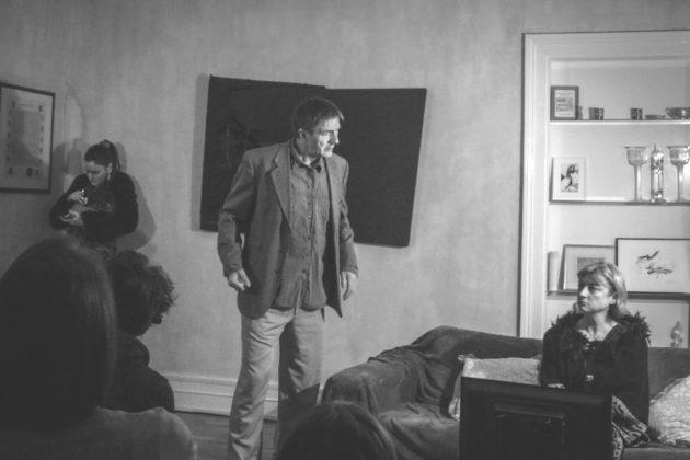 La pièce Projection privée fait venir trois acteurs dans votre salon. (Photo Jean Lucas / Actemo Theâtre)