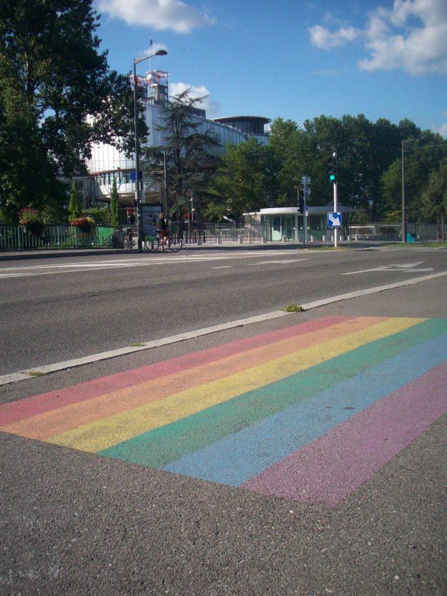 Au quartier européen, près de la Cour Européenne des Droits de l'Homme, un discret soutien s'affiche aussi avec ce drapeau arc-en-ciel peint au sol à l'occasion de la journée internationale de lutte contre l'homophobie et la transphobie, le 17 mai 2016 (Photo DL/Rue 89 Strasbourg/cc)