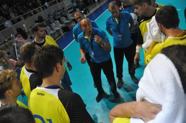 Les équipes européennes aussi connaissent bien le tournoi strasbourgeois. Ici, le coach Dushebajev donne des consignes aux polonais de Kielce, fraîchement champions de Pologne 2014. (Photo EuroTournoi)