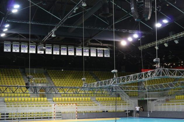 Quelques jours avant le tournoi, le comité d'organisation s'affaire pour les derniers réglages, comme l'éclairage. Les panneaux rappelant le palmarès seront accrochés au centre du terrain (Photo DL/Rue 89 Strasbourg/cc)
