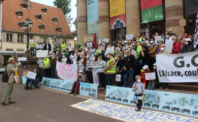 Les opposants se sont réunis de part et d'autre de l'opéra place Broglie dans le but d'interpeller les participants près de l'hôtel du préfet, puis sur les marches. (photo JFG / Rue89 Strasbourg)