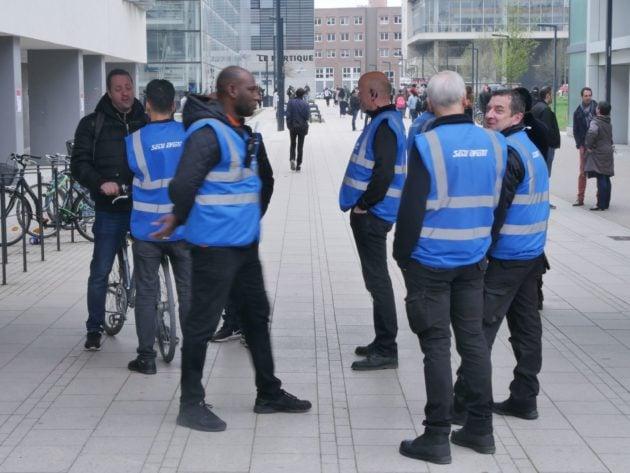 Pendant le mouvement contre la loi ORE, des dizaines d'agents de sécurité ont été déployés sur le campus (Photo Guillaume Krempp / Rue89 Strasbourg / cc)
