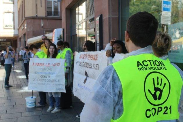 Une vingtaine de militants se sont placés devant l'agence de la Société générale samedi matin (Photo Valentin Machard)