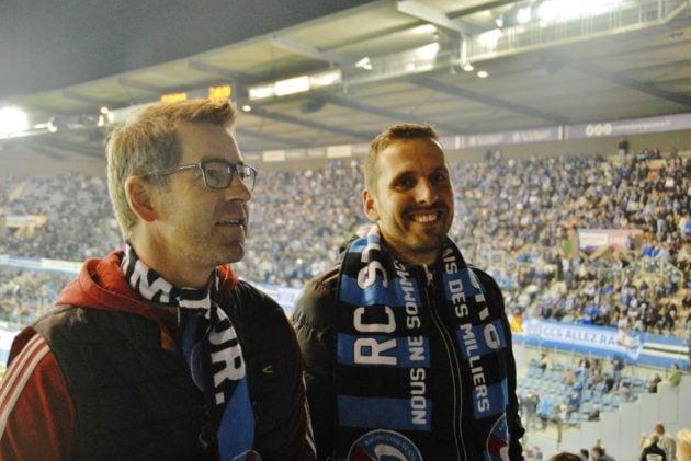 Stefan (à gauche) fait découvrir le stade de la Meinau à David qui vient pour la première fois (Photo Maxime Nauche / Rue89 Strasbourg /cc)