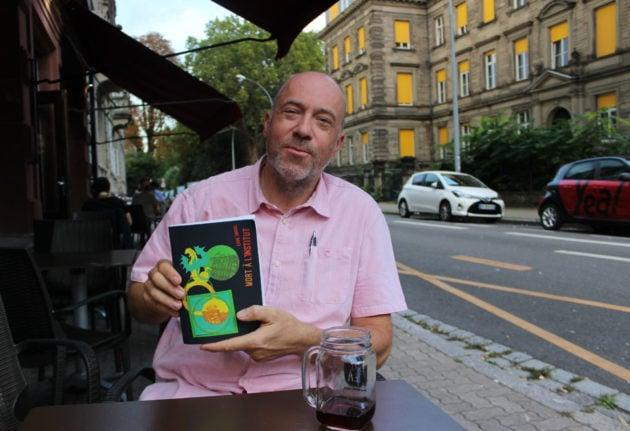 Eddie Smigiel sur la terrasse du Nuovo Caffe Milano où se déroule quelques passages de son roman Meurtre à l'Institut (photo JFG / Rue89 Strasbourg)