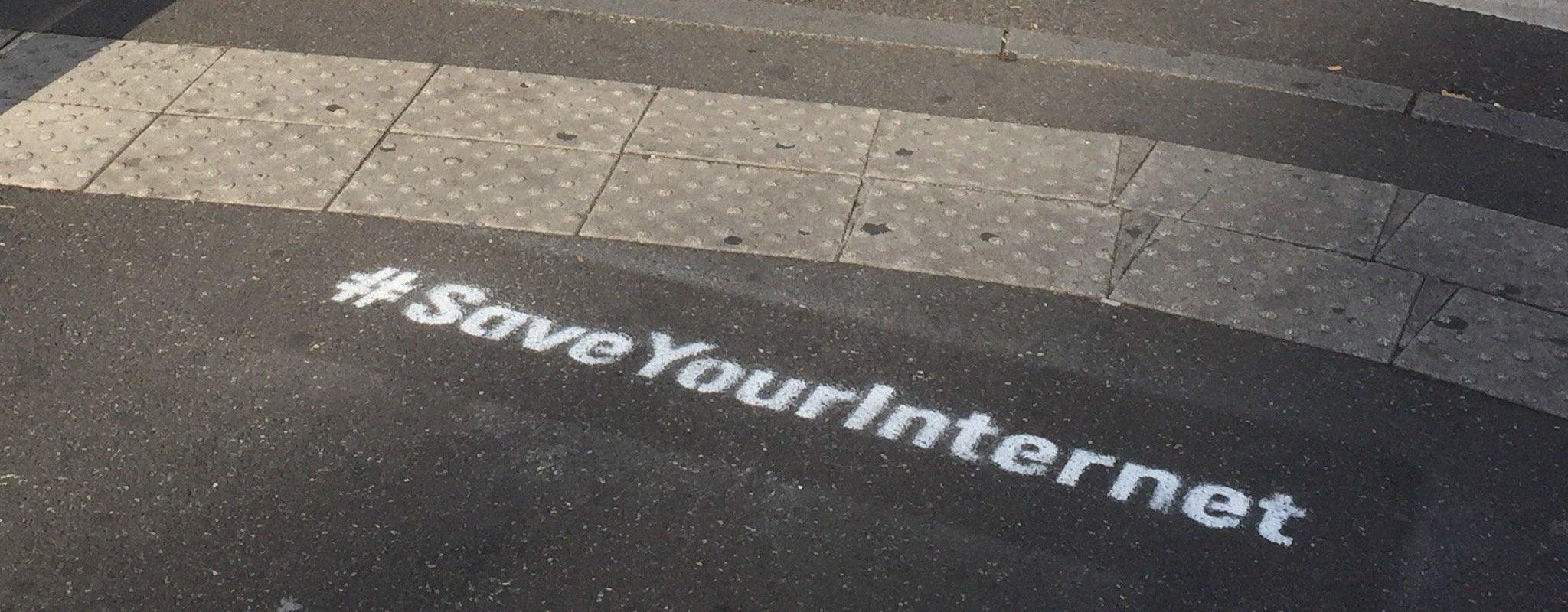 C'est quoi ces tags #SaveYourInternet partout à Strasbourg?