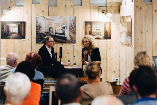 Pendant plus d'une heure, Martine Wonner a détaillé sa position sur le GCO au bar du Graffalgar (Photo Abdeslam Mirdass / Rue89 Strasbourg)