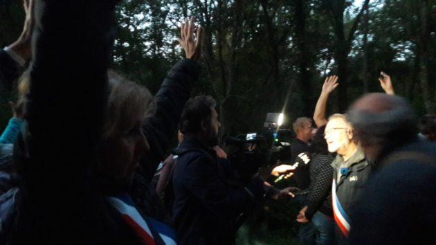 Les élus écologistes sur place ont tenté de négocier, en vain, avec les gendarmes, en arguant des recours déposés (Photo GK)