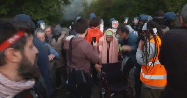 Les militants sur place continuent d'essayer d'empêcher les travaux (Photo GK)