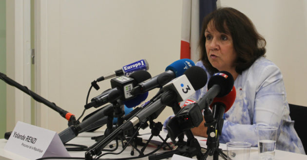 Parmi tous ses micros autour de la procureure Yolande Renzi, celui de Rue89 Strasbourg (photo JFG / Rue89 Strasbourg)