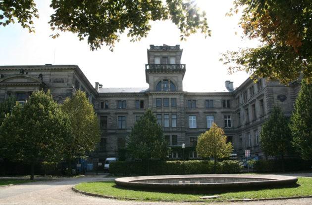 La fac de physique, côté intérieur depuis le parc du Palais universitaire. (photo Fabien Romary / Archi wiki / cc)