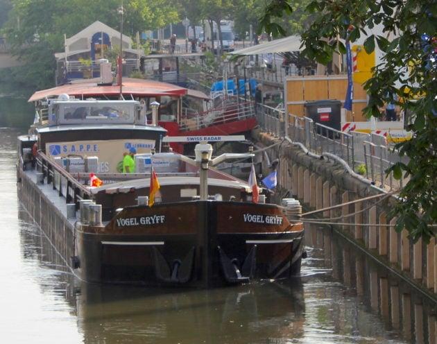 Pour débarquer à sec, une simple planche et des barrières à franchir. La logistique urbaine fluviale, une nouvelle discipline sportive ! (photo Nathalie Stey)