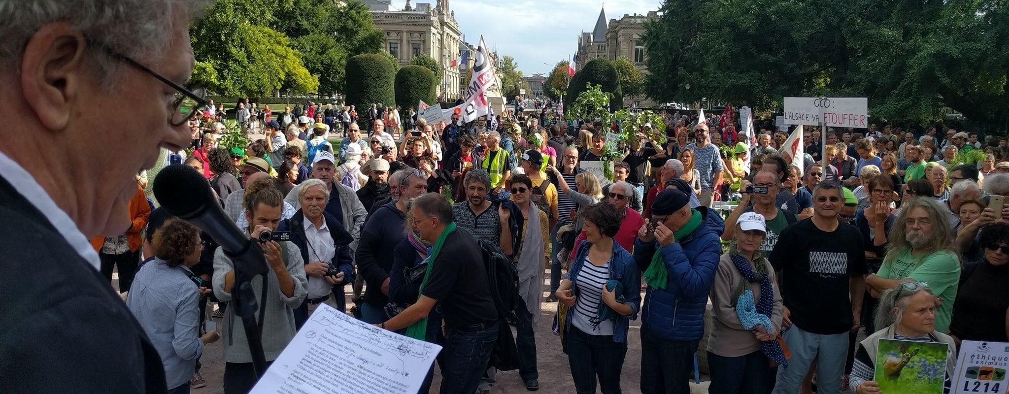 Devant environ 2000 manifestants, le Collectif GCO Non Merci annonce des grèves de la faim