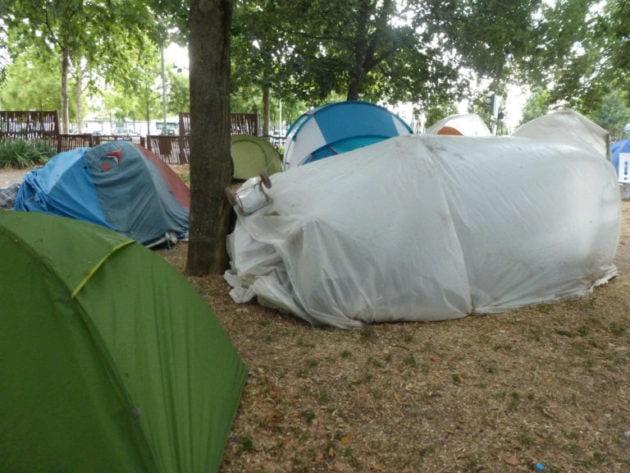 Nombreux sont les demandeurs d'asile qui n'ont pas de toit pendant leur procédure. Ici, un campement de fortune au Neuhof (Photo AC/Rue 89 Strasbourg/cc)