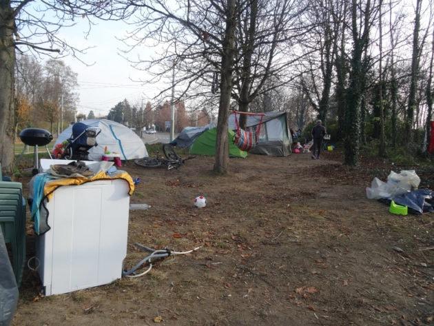 Les tentes sont à proximité de la route, dans un bois entre deux quartiers (photo Gérard Baumgart)
