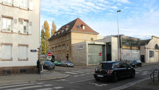 Cette partie de la rue du Hohwlad, face à la Laiterie ne serait plus accessible aux voitures. L'immeuble à gauche doit être démoli. (photo JFG / Rue89 Strasbourg)