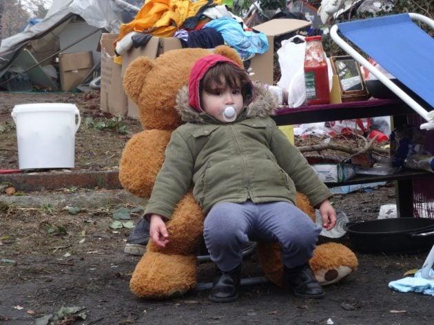 De très jeunes enfants sont présents parmi les migrants en provenance d'Albanie (Photo Gérard Baumgart)