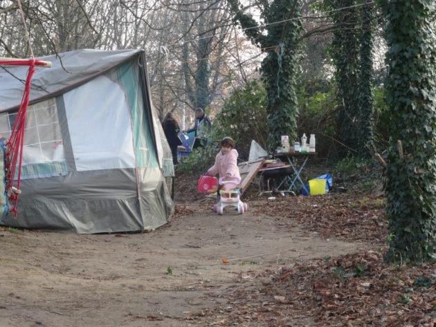 Des enfants sont habitent sous les tentes (photo Gérard Baumgart)